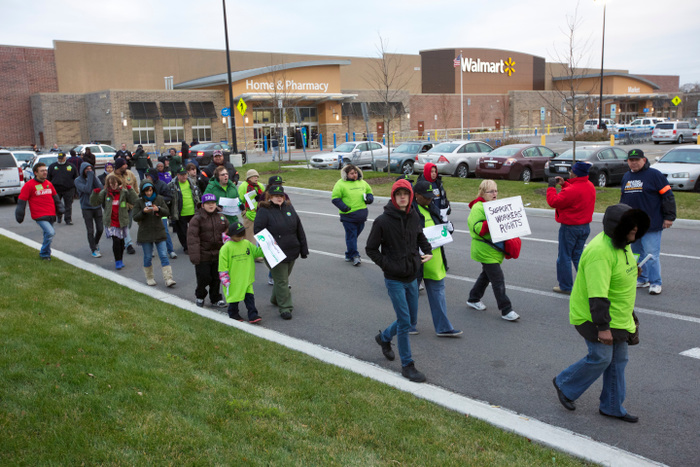 Protesters demonstrate outside a Walmart store in Chicago, November 23, 2012. Black Friday, the day following the Thanksgiving Day holiday, has traditionally been the busiest shopping day in the United States. REUTERS/John Gress