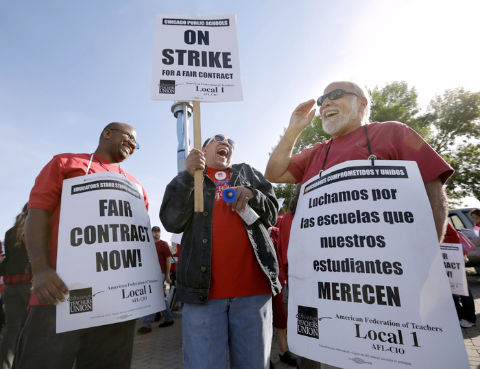 Chicago Teachers Union members, strike outside Benito Juarez High School in Chicago on the fifth day of their strike, September 14, 2012. REUTERS/John Gress