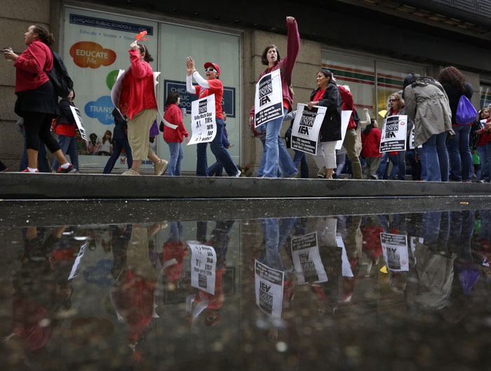 Chicago Teachers Union Members strike outside of Chicago Public Schools headquarters in Chicago, September 18, 2012. Chicago Teachers Union delegates will meet on Tuesday to decide whether to end a strike that has closed the nation's third-largest school district for more than a week. REUTERS/John Gress (UNITED STATES)