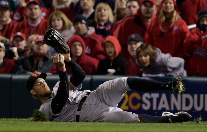 San Francisco Giants right fielder Hunter Pence makes a sliding catch on a fly by St. Louis Cardinals' Pete Kozma in the fifth inning during Game 5 in their MLB NLCS playoff baseball series in St. Louis, Missouri, October 19, 2012. REUTERS/John Gress