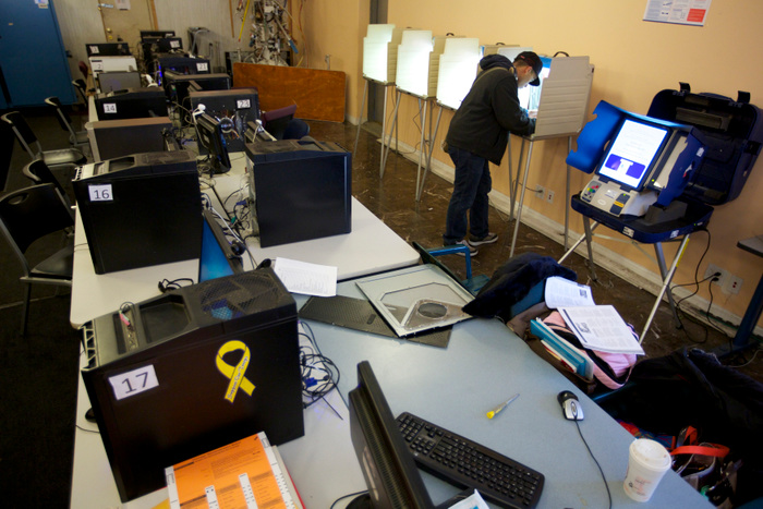 Francisco Miranda fills out his ballot at an internet cafe during the U.S. presidential election in Chicago, November 6, 2012. REUTERS/John Gress  (UNITED STATES)
