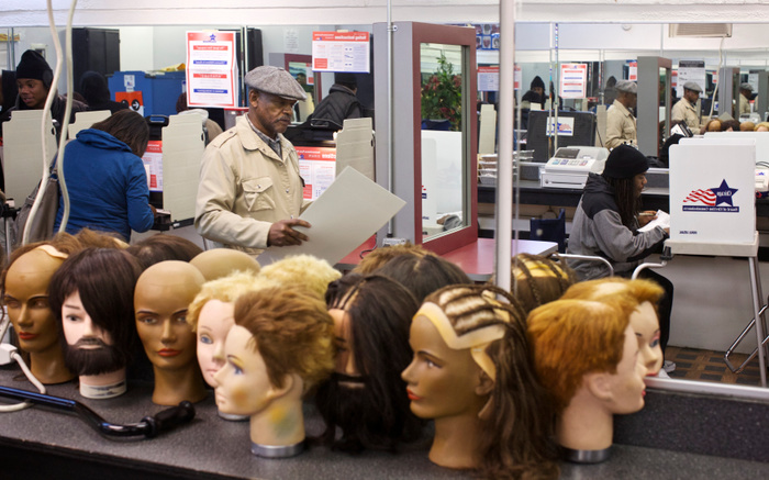 Charles Durham votes at the Gordies Foundation Barber School during the U.S. presidential election at Sam's Auto Sales in Chicago, November 6, 2012. REUTERS/John Gress  (UNITED STATES)