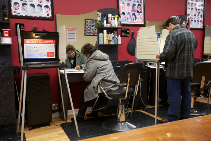 Aracle Garcia casts her ballot during the U.S. presidential election at Delias Beauty Salon in Chicago, November 6, 2012. REUTERS/John Gress  (UNITED STATES)
