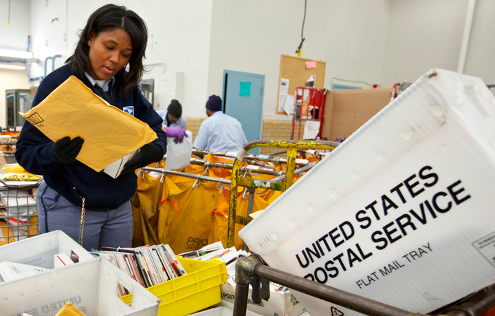United States Postal Service Letter Carrier Lakesha Dortch-Hardy sorts mail at the Lincoln Park carriers annex in Chicago, November 29, 2012. REUTERS/John Gress (UNITED STATES)