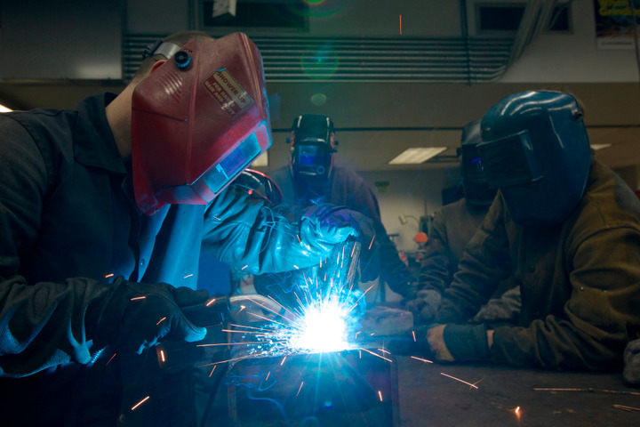 Harper College Instructor Scott Nelson (L) shows students a welding technique on the community college' campus in Palatine, Illinois, February 21, 2013. REUTERS/John Gress (UNITED STATES)