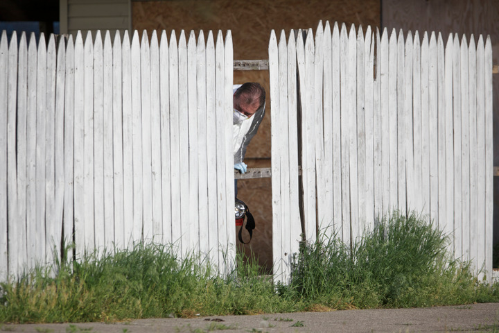 FBI agents search the a home in Cleveland, Ohio, May 8, 2013, on the same street as a home where threeÊClevelandÊwomen were found alive after vanishing in their own neighborhood for about a decade ago. REUTERS/John Gress (UNITED STATES)