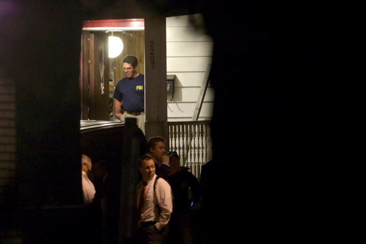 FBI agents search the home  in Cleveland, Ohio, May 7, 2013, where threeÊClevelandÊwomen were found alive after vanishing in their own neighborhood for about a decade ago. REUTERS/John Gress (UNITED STATES)