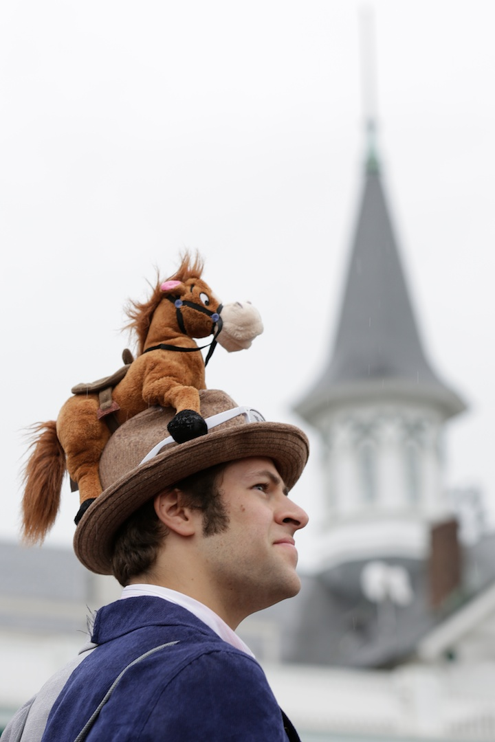 Race patron Rick Stewart wears a hat with a toy horse perched on top before the running of the 139th Kentucky Derby horse race at Churchill Downs in Louisville, Kentucky May 4, 2013. REUTERS/John Gress