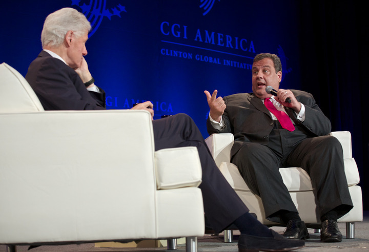 New Jersey Governor Chris Christie (R ) speaks with former U.S. President Bill Clinton during the Clinton Global Initiative America meeting in Chicago, Illinois, June 14, 2013. REUTERS/John Gress (UNITED STATES)