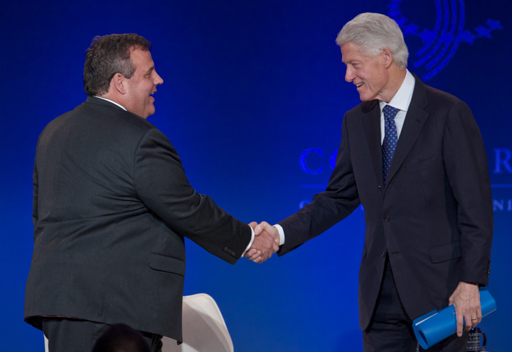 Former U.S. President Bill Clinton (R ) greets New Jersey Governor Chris Christie during the Clinton Global Initiative America meeting in Chicago, Illinois, June 14, 2013. REUTERS/John Gress (UNITED STATES)