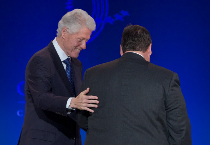 Former U.S. President Bill Clinton (L) greets New Jersey Governor Chris Christie during the Clinton Global Initiative America meeting in Chicago, Illinois, June 14, 2013. REUTERS/John Gress (UNITED STATES)