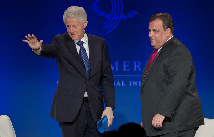 New Jersey Governor Chris Christie (R ) and former U.S. President Bill Clinton acknowledge the audience during the Clinton Global Initiative America meeting in Chicago, Illinois, June 14, 2013. REUTERS/John Gress (UNITED STATES)