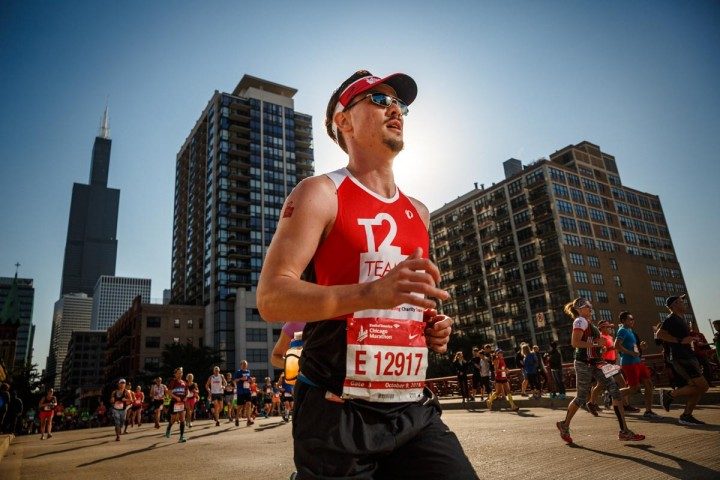 Jude Hansen runs in the Chicago Marathon for the AIDS foundation of Chicago's Team to End AIDS. Chicago sports lifestyle photography by John Gress 1/1600 f4.5 ISO 100 24mm